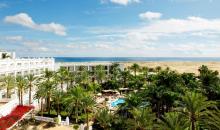 Blick auf die Hotelanlage und den Strand