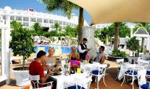 Terasse mit Ausblick auf Hotel und Pool