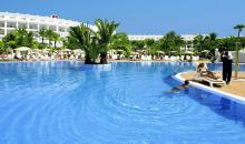 Blick auf den Pool sowie das Hotelgebäude