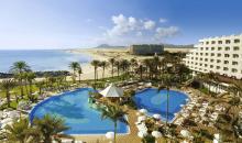 Überblick über die Hotelanlage mit Pool und Strand