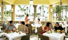 Speisesaal mit gedeckten Tischen und speisenden Gästen