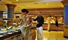 Gäste die sich am Buffet bedienen