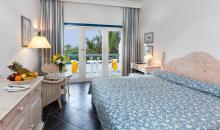 Wohnbeispiel mit Bett, Sitzgruppe und Balkon