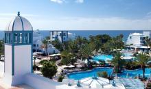 Blick über die Hotelanlage, Poolbereich und Meer