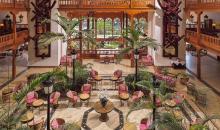 Überblick über das Hotelfoyer mit Sitzgruppen und Rezeption