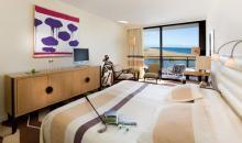 Wohnbeispiel mit großem Bett und Meerblick
