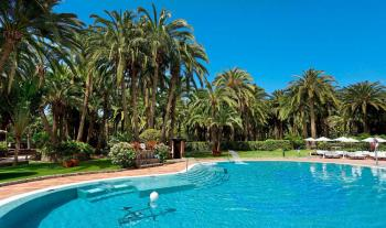 Blick über den Pool auf die Gartenanlage