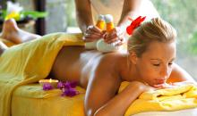 Urlauberin die eine Massage erhält