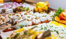 Appetitlich arrangierte Speisen auf Servierplatten