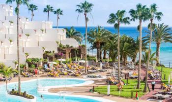 Ausblick auf Hotelgebäude, Pool und Meer