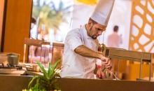Hotelkoch in offener Küche