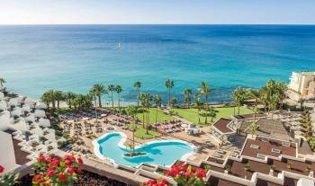Blick über die Hotelanlage auf den Pool-Breich und den Strand