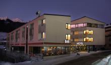 Hotelgebäude bei Nacht