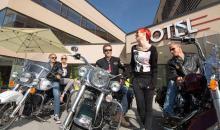 Motorrad-Gruppe vor dem Hotel
