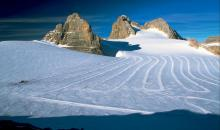 Schneebedeckte Piste in den Bergen