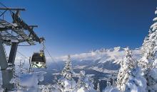Lift hinauf in die schneebedeckten Berge