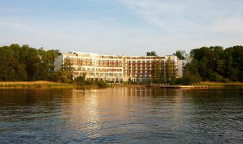 Blick über den See auf das Hotelgebäude