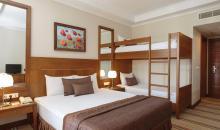 Zimmer mit Doppelbett und Hochbett