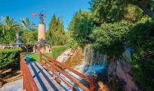 Brücke über kleinen Wasserfall