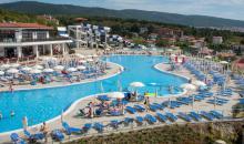 Main Pool mit Sonnenschirmen und Sonnenliegen