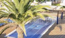 Pool unter Palmbaum