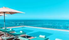 Pool mit Sonnenschirm und Liegen