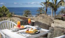 Leckeres Frühstück mit Blick auf das Meer