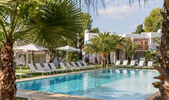 Pool im Cala Llenya Resort