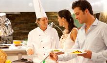 Köchin und Gäste