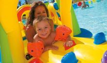 Familie im Pool