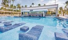 Aquabar und Relaxzone im Pool