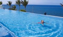 Kind schwimmt im Pool