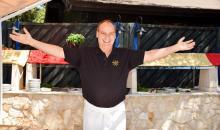 Der Clubchef Mario vor einer Outdoor-Küche