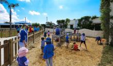 Belebter Kinderspielplatz