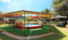 Kinderspielplatz mit Planschbecken