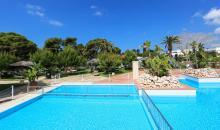 Blick über den Pool und die Gartenanlage