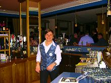 Frau an der Bar
