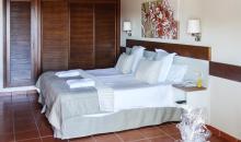 Wohnbeispiel mit Bett und Einbauschränken