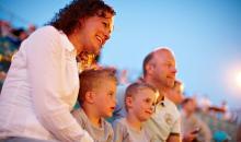 Familien beim Abendprogramm