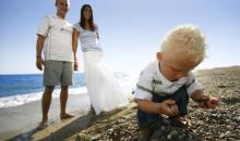 Kind beim Muscheln suchen