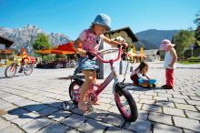 Kind beim Fahrrad fahren