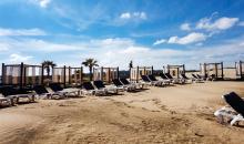 Blick auf den Strand mit komfortablen Liegemöglichkeiten