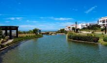 Blick über die Garten- und Wasseranlage mit Hotelgebäuden