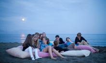 Jugendliche relaxen am Strand