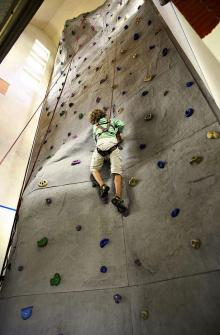 Wand hoch klettern