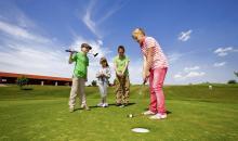 Kinder spielen Golf