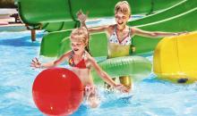 Kinderfreunden im Pool