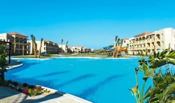 Blick auf den Pool und die Hotelgebäude