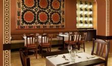 Blick auf gedeckten Speisesaal im orientalischen Stil