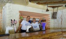 Mitarbeiter an der Bar